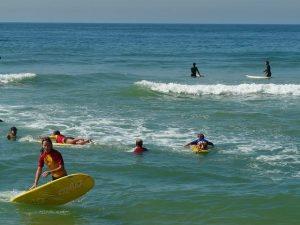Apprendre le surf en colonie de vacances